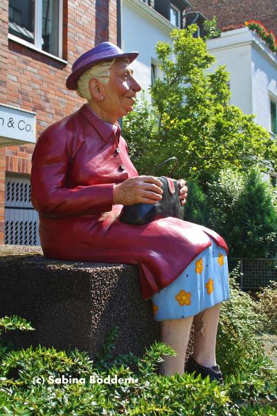 Oma - sitzende Skulptur in Oberrath
