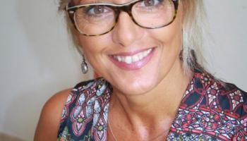 Attraktiv Mit Grauen Haaren Eine Frau Beschreibt Ihre Innere Und